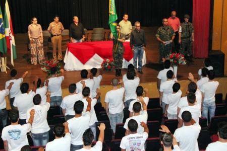 Jovens dispensados do serviço militar  juram fidelidade à Pátria.